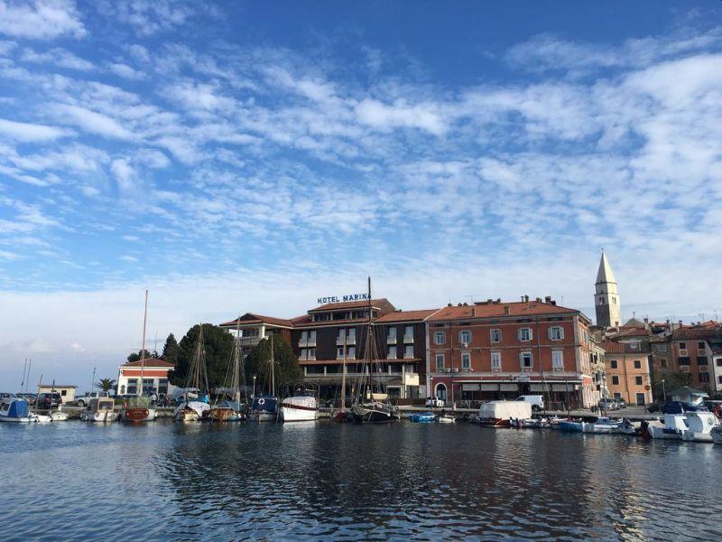 Situato nel medievale borgo peschereccio di Izola, vicino alla spiaggia, l'Hotel Marina offre camere spaziose ed eleganti con bagno interno e balcone affacciato sul Mar Adriatico.