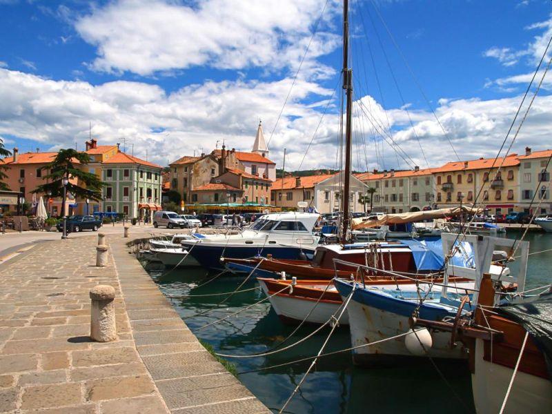 La Piccola Città Mediterranea Di Isola è Collocata Sulla Costa Sudorientale Del Golfo Di Trieste, Dove Il Passato Di Pescatori E L'accoglienza Della Gente Locale Si Collegano A Formare Un Meraviglioso Mosaico Di Esperienze Uniche.