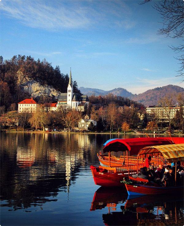 Il Lago Bled è Posto In Una Vallata Alpina Con Un Ambiente Suggestivo, Circondato Da Montagne E Foreste.