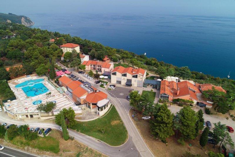 Situato a 4 km dal centro di Izola, il Belvedere Resort Hotels gode di una posizione elevata nel Parco Naturale di Strunjan, a circa 100 metri sul livello del mare, e offre una vista sul mare,